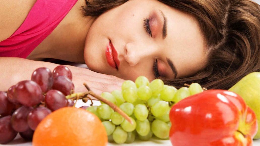 mujer-durmiendo-con-fruta