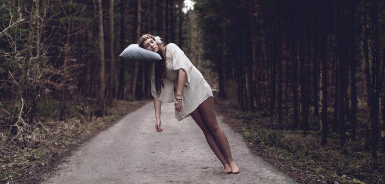 mulher-dormindo-travesseiro-voando