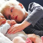 Os filhos mais velhos não devem servir de amas para os irmãos mais novos! Por esta razão muito importante!